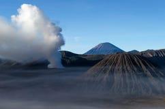Zet de actieve vulkaan van Bromo in Oost-Java, Indonesië op royalty-vrije stock afbeelding