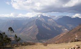 Zet de bergketen van Chicon Urubamba in de plaats van de de werelderfenis van Unesco van Cusco Peru op stock fotografie