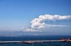 Zet de explosieve activiteit van Etna op Stock Foto's
