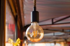Zet de Lamp met uw Aankondiging, Minimaal Concept voor Idee?n aan stock afbeelding