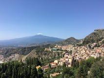 Zet de mening van Etna en Taormina-in Sicilië op royalty-vrije stock afbeelding