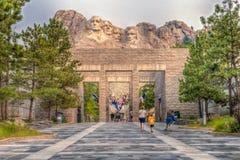 Zet de Nationale Herdenkingsingang van Rushmore aan de Weg van Vlaggen op Stock Foto's