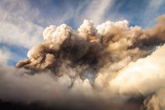 Zet de stroom van Etna Eruption en van de lava op royalty-vrije stock afbeeldingen