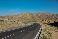 Zet de toneelkaartweergave van Abu met van de asfaltweg en berg mening op de blauwe hemelachtergrond op stock foto's
