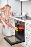 Zet de vrouwen een pastei in een oven Zachte nadruk royalty-vrije stock fotografie