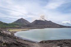 Zet de vulkanische uitbarsting van Tavuruvur op Rabaul, Papoea-Nieuw-Guinea stock afbeelding