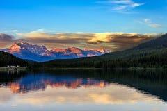 Zet de Weg van Victoria North Peak From Trans op Canada Stock Afbeelding