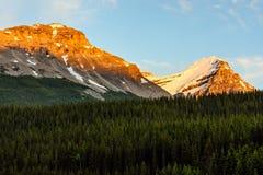 Zet de Weg van Victoria North Peak From Trans op Canada Royalty-vrije Stock Afbeeldingen