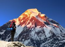Zet Dhaulagiri met klimmer of toerist op royalty-vrije stock fotografie