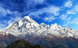 Zet Dhaulagiri met wolken op hemel op stock foto's