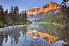 Zet Edith Cavell, Jaspis NP, Canada bij zonsopgang op royalty-vrije stock afbeelding
