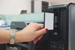 Zet een diskette in de computer Stock Fotografie