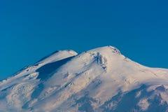 Zet Elbrus op - de hoogste piek in Europa Royalty-vrije Stock Afbeeldingen