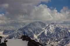 2014 07 zet Elbrus, Rusland op: De mens neemt een beeld op de telefoon Stock Foto