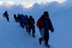 2014 zet Elbrus, Rusland op: het beklimmen tot de bovenkant met een gehandicapte persoon Royalty-vrije Stock Foto's