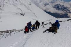 2014 zet Elbrus, Rusland op: het beklimmen tot de bovenkant met een gehandicapte persoon Stock Afbeeldingen