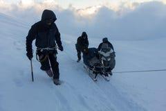 2014 zet Elbrus, Rusland op: het beklimmen tot de bovenkant met een gehandicapte persoon Royalty-vrije Stock Foto