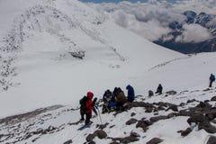 2014 zet Elbrus, Rusland op: het beklimmen tot de bovenkant met een gehandicapte persoon Royalty-vrije Stock Afbeelding