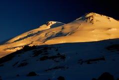 Zet Elbrus in zonsopgang op Stock Afbeeldingen