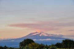Zet Etna bij zonsondergang op. Stock Afbeeldingen