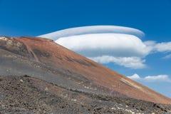 Zet Etna met spectaculaire bewolkte hemel in Sicilië, Italië op stock afbeeldingen