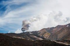 Zet Etna op die met wolk van as in hemel losbarsten royalty-vrije stock foto's
