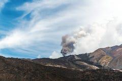 Zet Etna op die met wolk van as losbarsten stock foto