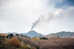 Zet Etna op die in Sicilië losbarsten stock afbeelding