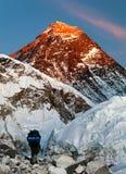 Zet Everest met toerist op stock afbeeldingen