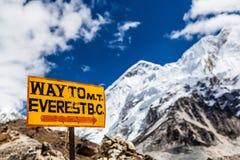 Zet Everest op van wegwijzers voorzien Himalayagebergte stock afbeelding