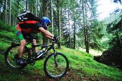 Zet fiets de mens op openlucht Stock Fotografie