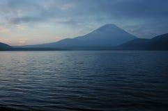 Zet Fuji bij dageraad op stock foto's