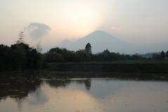 Zet Fuji bij de schemer op door de nevel Royalty-vrije Stock Fotografie
