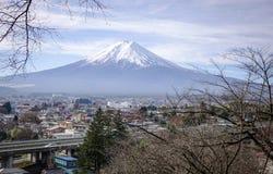 Zet Fuji bij de zonnige dag in Japan op Stock Afbeeldingen