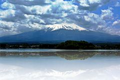 Zet Fuji, Meer Kawaguchi, Japan op stock fotografie