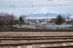 Zet Fuji met spoorweg bij Kawaguchiko-post op stock fotografie
