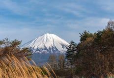Zet Fuji-MT op Fuji op blauwe hemelachtergrond op wintertijd zonnige dag Meer Kawaguchiko, stock afbeeldingen