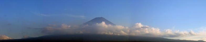 Zet Fuji op die door wolken wordt omringd - panorama Royalty-vrije Stock Afbeeldingen