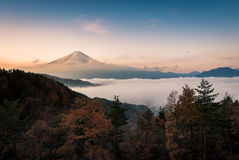 Zet Fuji op enshrouded in wolken van meerkawaguchi, Yamanashi, Japan Stock Foto