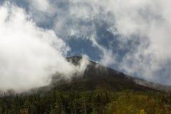 Zet Fuji-top onder wolken van Post Vijf op Royalty-vrije Stock Fotografie