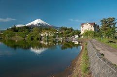 Zet Fuji van meer Kawaguchiko in Japan op royalty-vrije stock fotografie