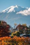 Zet Fuji-Weergeven in de Herfst in Japan op stock foto