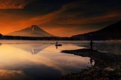 Zet Fujisan bij dageraad in Shoji-meer op Stock Afbeeldingen