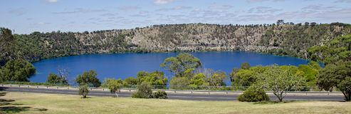 Zet het blauwe meer van Gambier op Stock Afbeeldingen