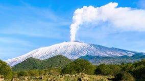Zet het gasemissie op van Etna stock video