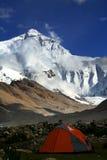Zet het meest everest met een rode tent vooraan op Royalty-vrije Stock Afbeelding