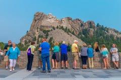 Zet het Nationale Gedenkteken van Rushmore - Toeristen bij het Grote Meningsterras op royalty-vrije stock fotografie