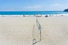 Zet het oceaanstrand van Maunganui met mensen op die van de zomer genieten en beac Stock Foto's