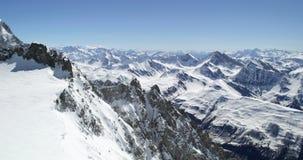 Zet het sneeuwlandschap van Blanc in zonnige dagestablisher op De activiteit van de alpinismesneeuw De wintersport in alpiene ber stock videobeelden