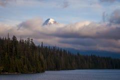 Zet Kap op in lage wolken bij Verloren Meer in Oregon wordt gehuld dat stock afbeeldingen